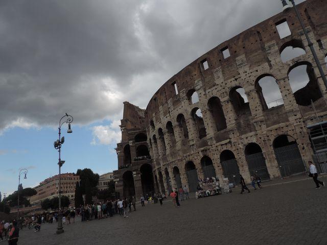 Ciemne chmury nad Colosseum