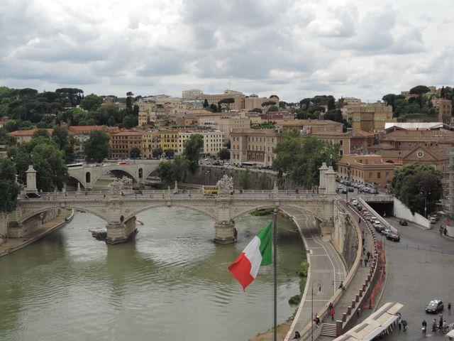 Widok z Zamku Anioła na Tybr w Rzymie