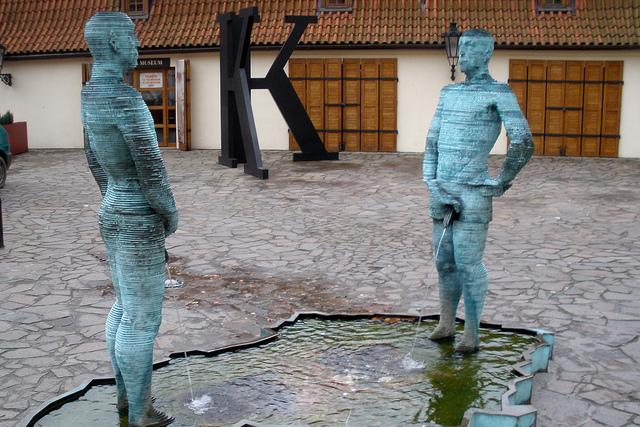 """dzieło """"Sikający"""" przedstawia dwóch mężczyzn oddających mocz na… mapę Republiki Czeskiej"""